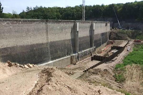 """Le barrage est de type """"poids"""", qui bloque l'eau par sa propre inertie et masse. Des travaux d'aménagement étaient nécessaires"""