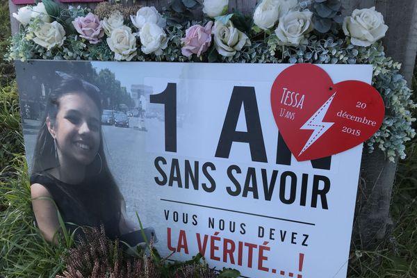 La famille de Tessa a installé un panneau fleuri à l'endroit où elle est décédée, pour ne pas oublier.