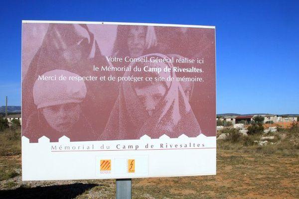 Pancarte qui annonce l'ouverture d'un mémorial du camp de Rivesaltes en souvenir des réfugiés et prisonniers qui ont séjourné.