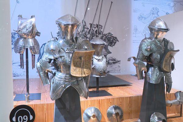 Deux armures issues de la collection Pierrefonds présentées dans une salle du musée de l'Armée à Paris.