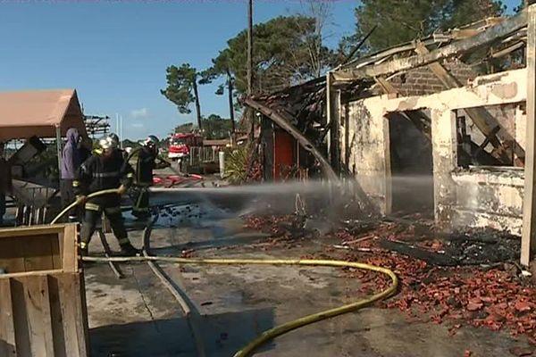 Les pompiers finissent d'éteindre l'incendie des cabanes ostréicoles à Claouey (33)