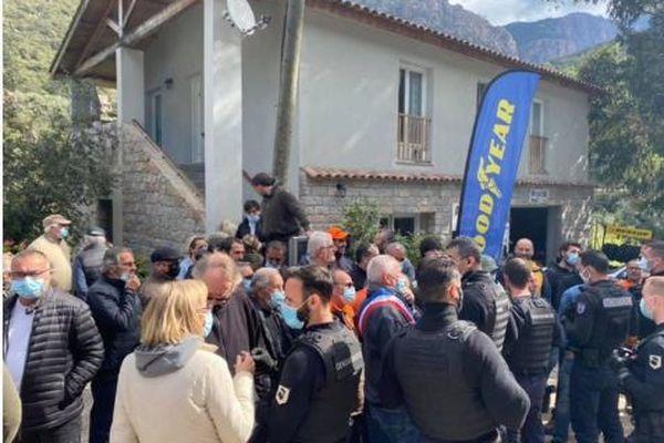 Ce jeudi 15 avril, plusieurs dizaines d'habitants d'Ota-Porto se sont mobilisés pour empêcher les services d'EDF de couper l'électricité à un couple en vue de la démolition de leur logement.