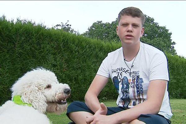 Hugo a pu adopter un chien d'assistance grâce à l'association ACADIA.