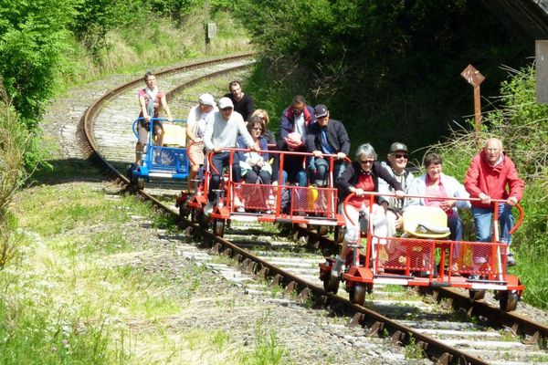 Une activité de vélorail est proposée dans le pays de Mauriac à Drugeac dans le Cantal.
