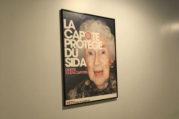"""Dans le couloir, un message de prévention humoristique. """"Ça protège du sida : Odette, 13.874 capotes."""""""