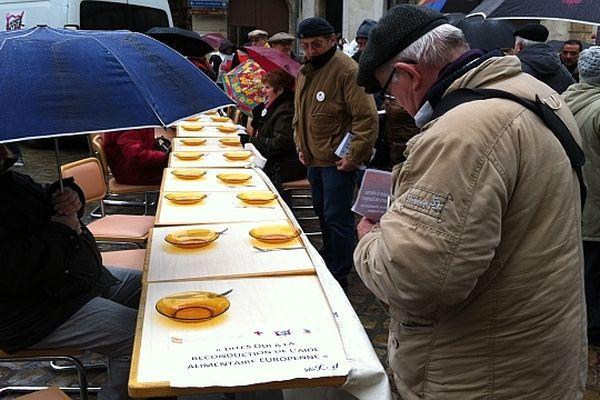 La Croix Rouge, les Restos du Cœur, le Secours populaire et la Banque alimentaire organisent une manifestation place de la Libération à Dijon. Objectif : obtenir la reconduction de l'aide alimentaire européenne.