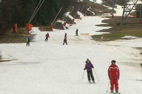 Quelques rayons de soleil, des températures avoisinant les 7 degrés, les remontées mécaniques qui commencent à tourner, quelques skieurs...mais toujours pas de neige au Lioran qui a ouvert samedi.