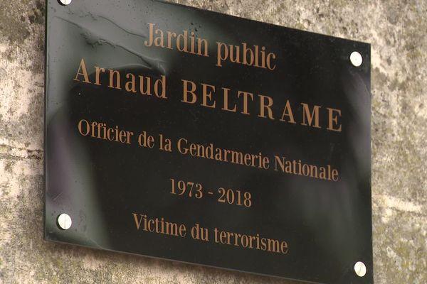 La plaque qui figure désormais dans le jardin public de Neuville-de-Poitou (Vienne).