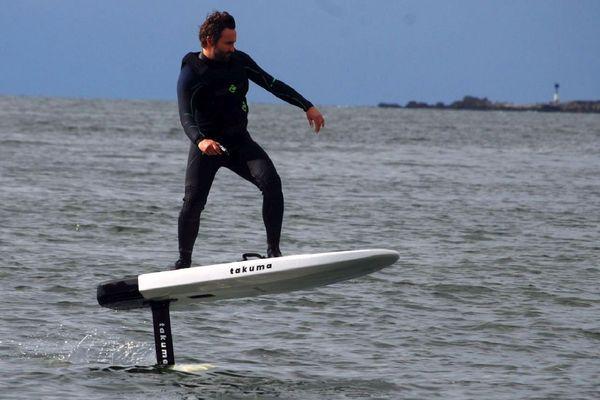Pas de bruit, pas de vague, le surf électrique est l'engin idéale pour se balader sur les plans d'eau calmes