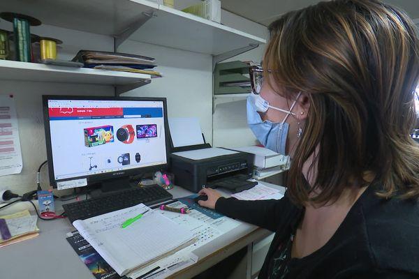 Amélie, employée de la boutique Télé Rapid montre le faux site internet créé avec les informations du magasin