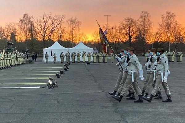 L'étendard du 2e régiment des hussards arrive