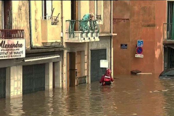 Les pompiers au secours des personnes sinistrées par les inondations.