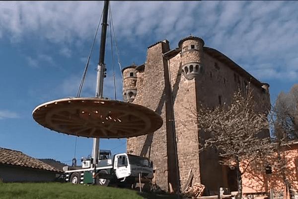 La pose de la charpente de la tour principale du château de Hautsegur