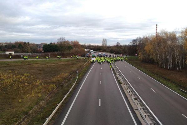 """Des gendarmes mobiles sont sur la RCEA (RN 70) pour débloquer le barrage filtrant mis en place par des """"gilets jaunes"""" à hauteur de l'échangeur du Magny, en Saône-et-Loire, samedi 24 novembre 2018."""