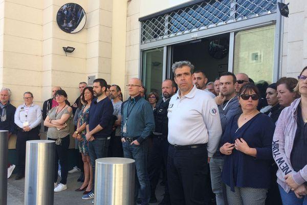 Le rassemblement devant le commissariat de Poitiers