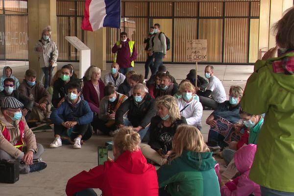 """Les personnels ont choisi la former du """"sit-in"""" devant l'hôpital Nord-Franche-Comté de Trévenans (Territoire-de-Belfort) pour manifester leur opposition au passe sanitaire."""