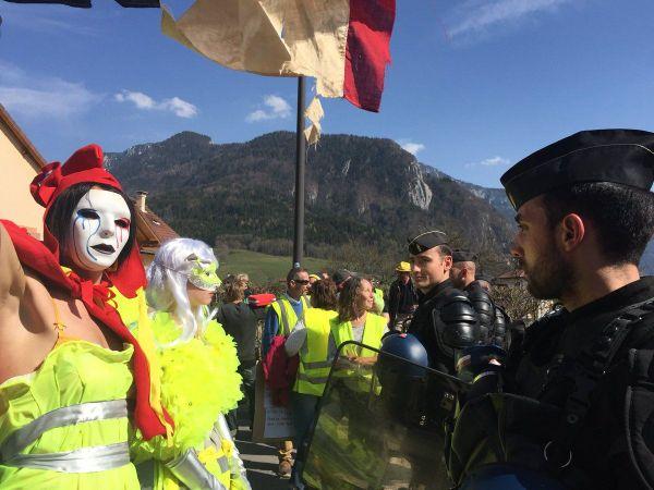 """200 """"gilets jaunes"""" et membres du collectif """"Citoyens résistants d'hier et d'aujourd'hui"""" ont mené une action à Thorens-Glières pour dénoncer la venue d'Emmanuel Macron."""