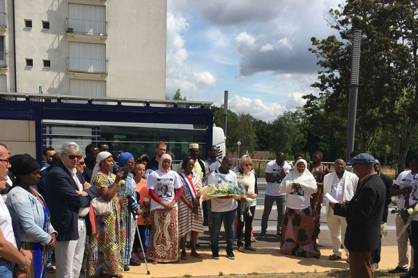 Une gerbe de fleurs a été déposé au niveau de l'arrêt de bus Provence à Canteleu en hommage à Mamoudou Barry.