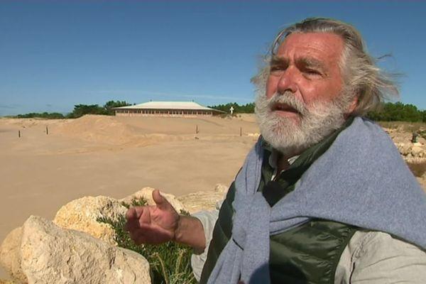 Benoît Bartherotte, habitant du bout de la pointe du Cap Ferret, lutte depuis des années contre l'érosion.