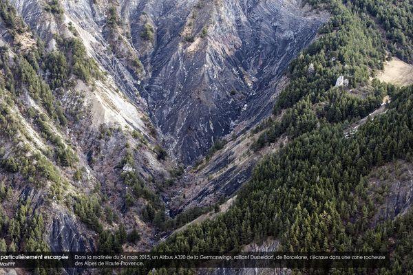 Dans la matinée du 24 mars 2015, un Airbus A320 de la Germanwings, ralliant Dusseldorf, de Barcelone, s'écrase dans une zone rocheuse des Alpes de Haute-Provence.