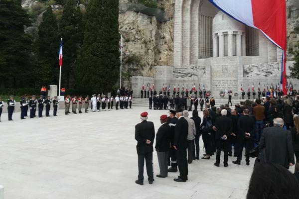 Célébration de l'armistice du 8 mai 1945, à Nice, devant le monument aux morts de Roba Capeu