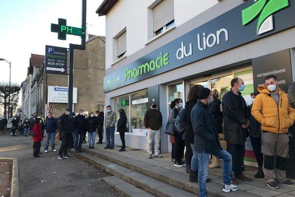 Une file d'attente interminable pour se faire dépister ce matin 2 mars 2021 devant une pharmacie à Forbach