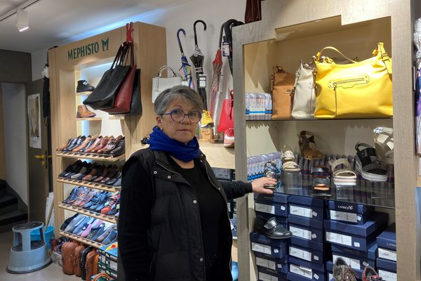 Dans sa boutique de Pithiviers (Loiret), Agnès Valériaud attend la réouverture pour écouler ses stocks.