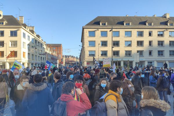 """Peu avant 15 heures, près de 500 personnes s'étaient regroupées sur la place de la """"Macu"""" d'Amiens, ce samedi 28 novembre."""