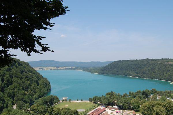 Le lac de Chalain dans le Jura.