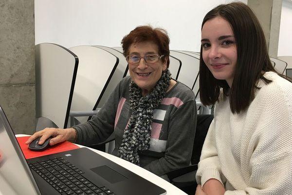 Solène aide Eliane à reconfigurer son ordinateur.