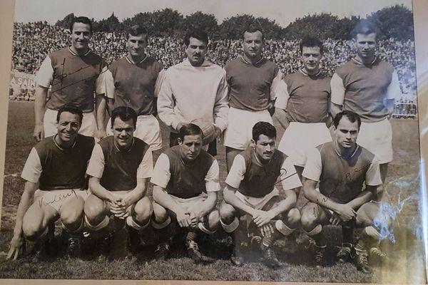 Maurice Barreau (au centre, maillot blanc) a joué aux côtés de Raymond Kopa (deuxième en haut, en partant de la gauche).
