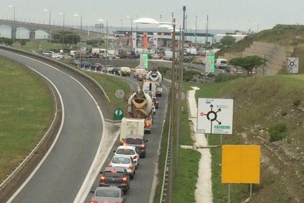 La rocade de La Rochelle embouteillée en raison du barrage filtrant installé à l'entrée du pont de Ré par les opposants à la Loi Travail.