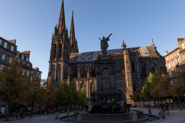 Après l'incendie de la cathédrale Notre-Dame de Paris, le système de sécurité de la cathédrale de Clermont-Ferrand a été renforcé, et d'autres améliorations sont prévues.