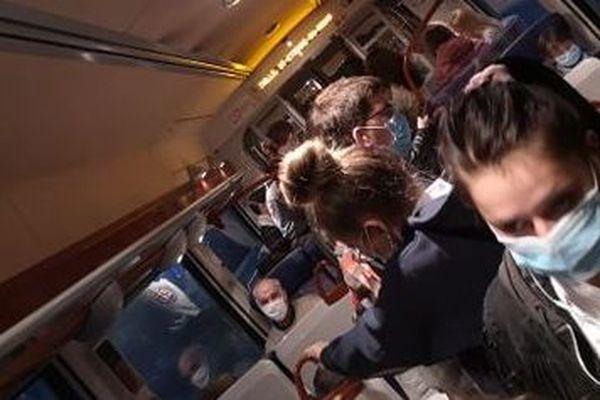 Conséquence des retards et annulations en cascade sur la ligne ferroviaire Le Havre - Paris -Rouen, ce train entre Yvetot et le Havre était bondé, mardi 22 septembre au matin.