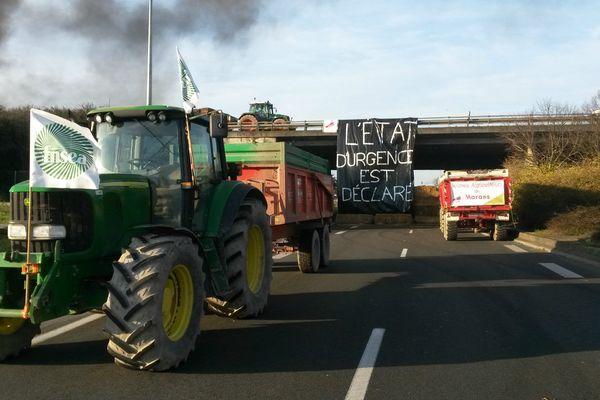 À La Rochelle, les tracteurs bloquent les accès de la ville.