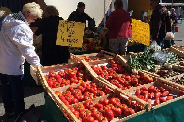 Les tomates jouent les prolongations sur les étals des marchés.