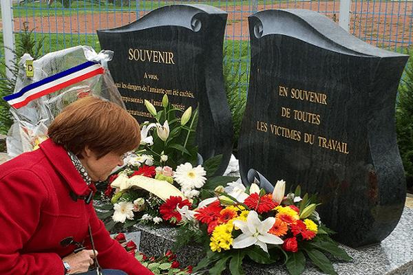La stèle en hommage aux victimes de l'amiante et celle dédiée aux victimes du travail côte à côte