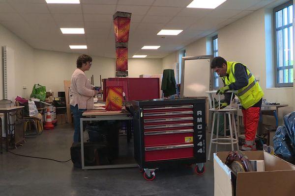 Dans l'atelier de la recyclerie de Saint-Antoine-du-Rocher, certains objets sont détournés ou le design amélioré pour les rendre uniques.
