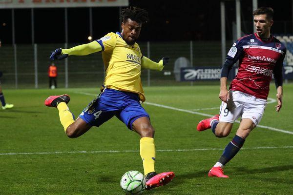 Le Clermont Foot 63 lors de son dernier match victorieux de la saison contre Sochaux, le 6 mars. Lors de l'arrêt de la compétition, la Clermont Foot 63 était classé 5e de la compétition, et pouvait prétendre jouer les barrages et les play-offs d'accession à la Ligue 1.