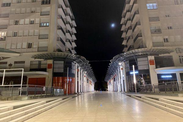 Première nuit de couvre-feu à Pau, la place Clémenceau est déserte.