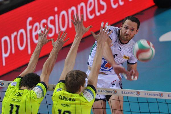 Après avoir vécu l'un des pires moments de sa carrière ce week end face à Toulouse, David Konecny (en blanc) aborde cette finale rageur