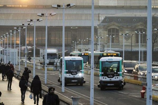 La RATP teste deux navettes autonomes qui circulent sur une voie dédiée sur le pont Charles-de-Gaulle 7 jours sur 7, de 14 heures à 20 heures, entre les gares de Lyon et d'Austerlitz, à Paris, du 23 janvier au 7 avril  2017.