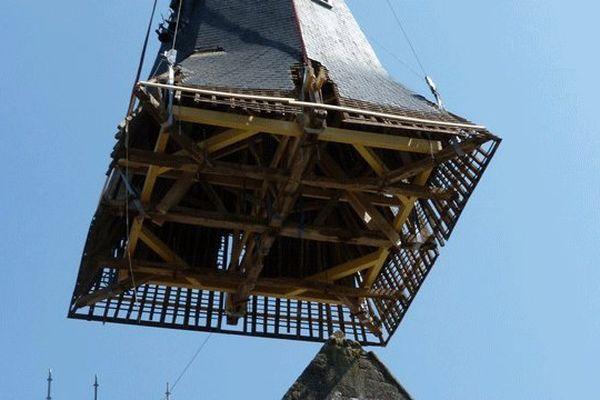 Le clocher de l'église de Beaumont-en-Auge a été déposé mercredi 10 juillet afin d'être restauré