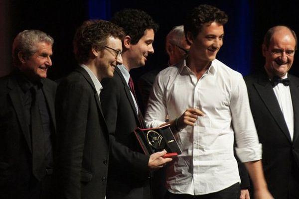 """Damie Chazelle, réalisateur de """"Whiplash"""", lauréat du Grand prix du festival, entouré de son producteur et d'un de ses comédiens principaux ce samedi soir sur la scène du CI de Deauville"""