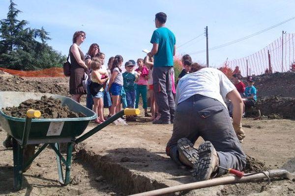 Visite d'élèves de CE2 sur le chantier de fouilles de Ciran (37)