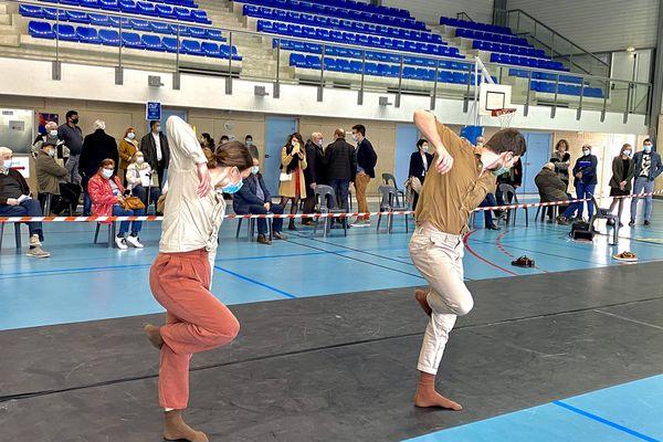 Une représentation de la Compagnie Carré Blanc dans un gymnase gersois transformé en centre de vaccination.