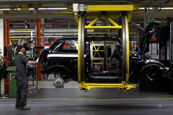 Une chaîne de fabrication Mini dans une usine BMW de Cowley, près d'Oxford, en Angleterre.