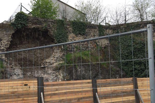 Secteur de Bellevue, à Clermont-Ferrand. Après le glissement de terrain de dimanche, plusieurs tonnes de gravats menacent de s'effondrer.