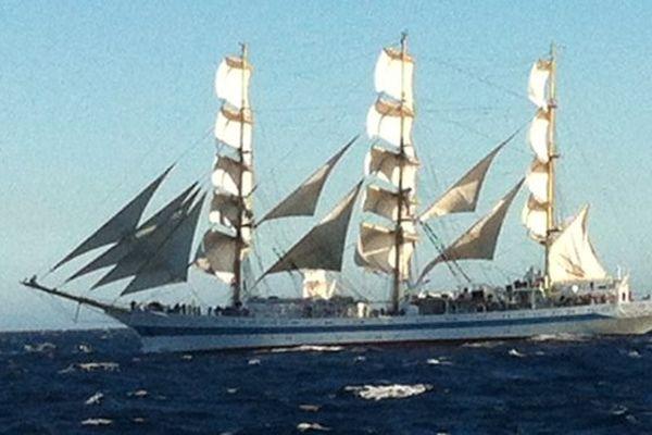 Le navire russe Mir au départ de la régate ce lundi 30 septembre.