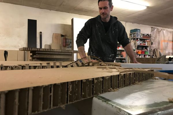 Avoir des meubles en carton, est devenu tendance. Loïc Duhoux le sait et depuis 12 ans, il est artisan cartonniste à Murat, dans le Cantal. En France, on en compte moins d'une cinquantaine. Un savoir-faire atypique qui s'exporte à l'étranger.